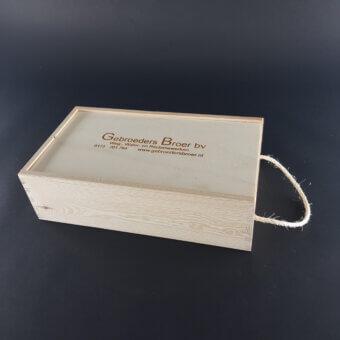 wijnkistje met koord gegraveerd op schuifdeksel